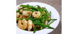 Salad shrimp and crunchy asparagus